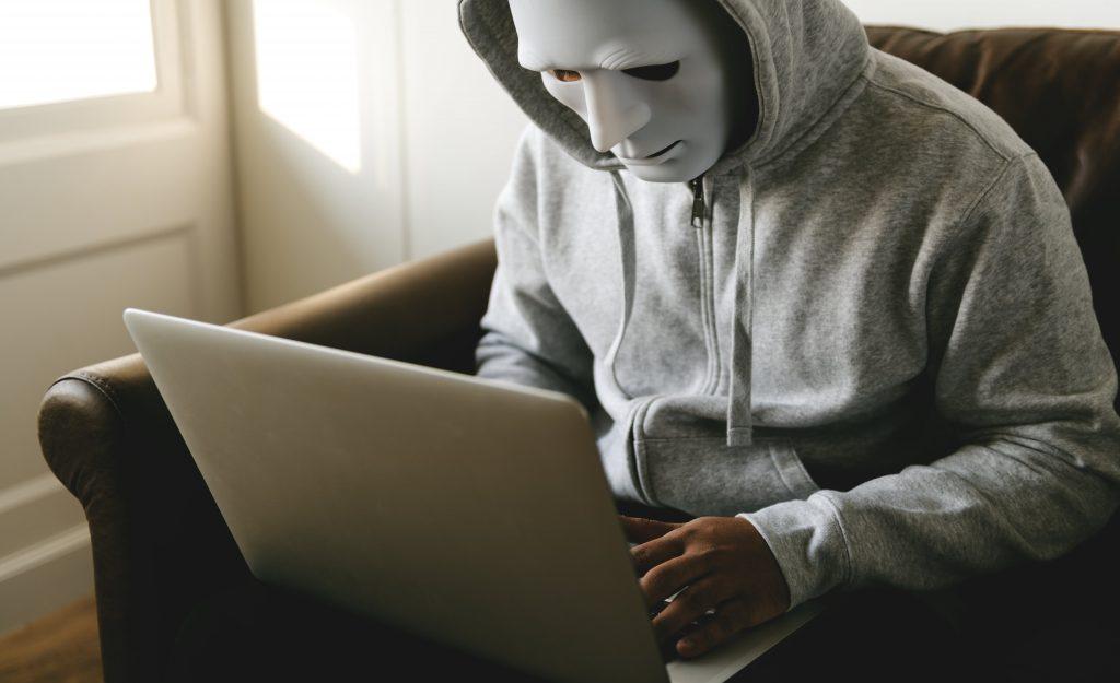 zabezpieczenia przed atakami hakerów-min